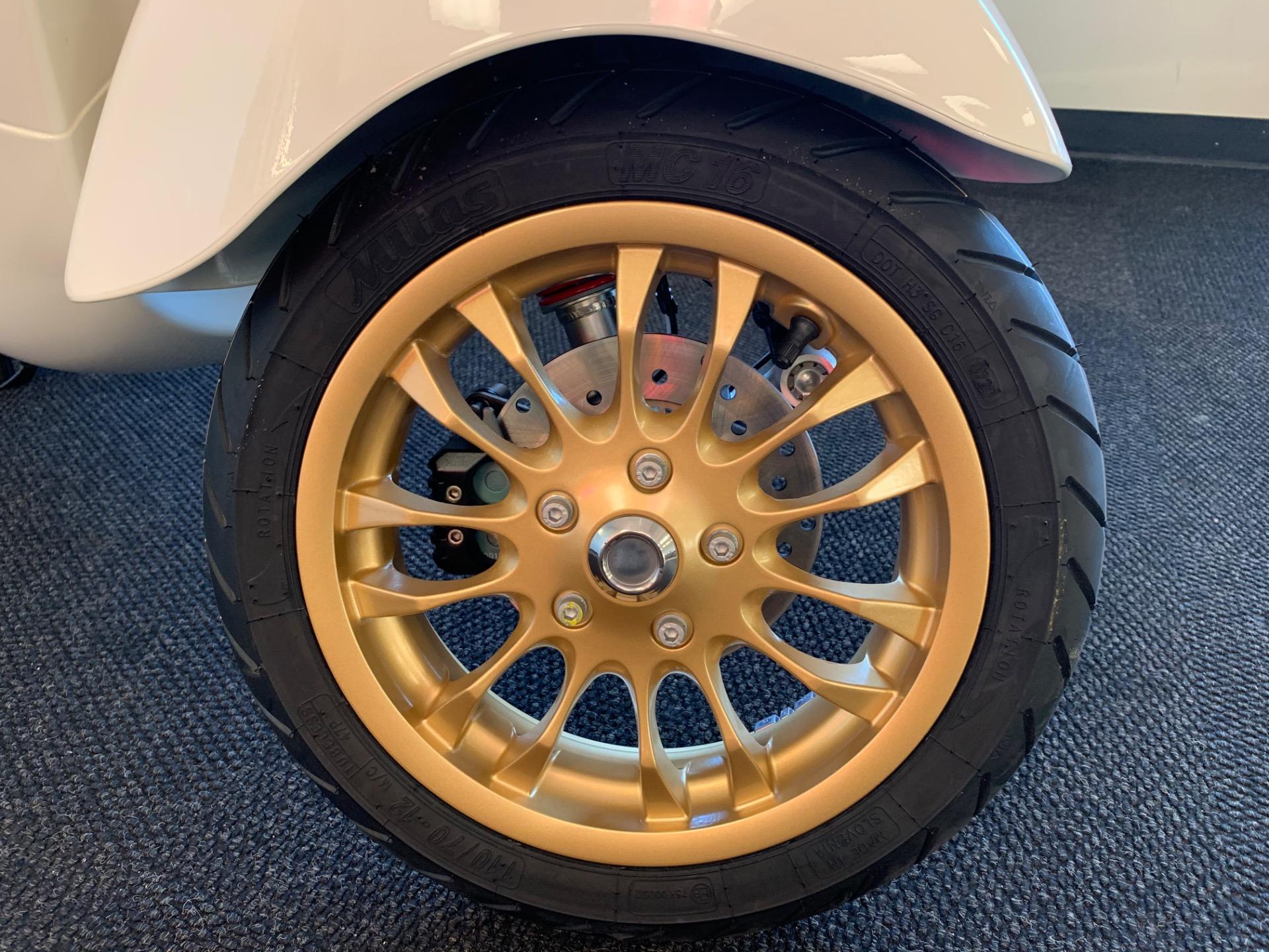 New-2021-VESPA-Sprint-150-Racing-Sixties